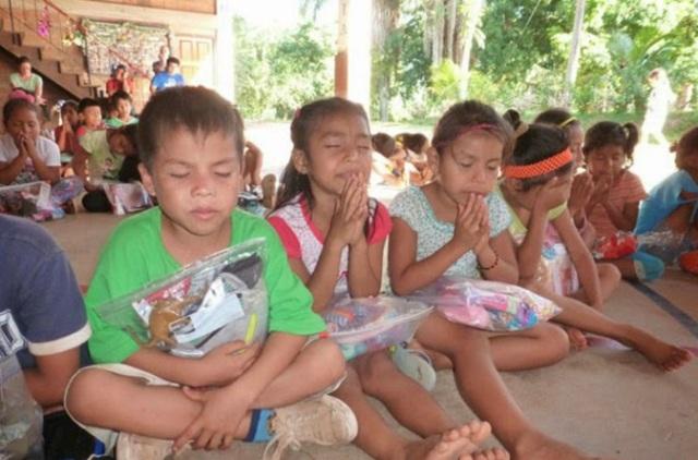 Peru kids praying